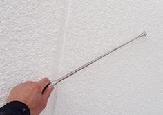 打診棒を使ったペイントウォールの外壁無料診断